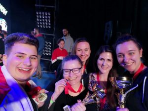 Zdjęcie przedstawia grupę młodzieży, w rękach trzymają puchary, na szyjach mają medale. Na [ioierwszym planie jest 5 osób.