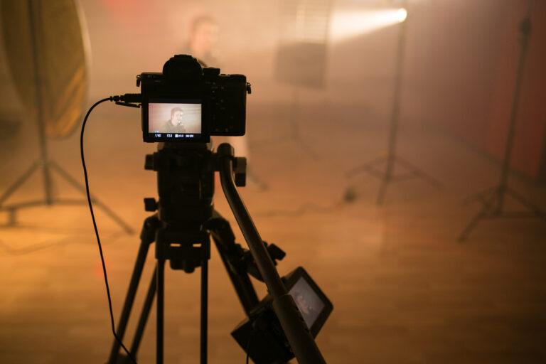 Zdjęcie, aparat fotograficzny na statywie