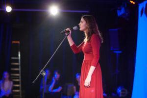 Śpiewająca dziewczyna w czerwonej sukience