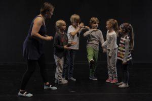 dzieci i instruktor na zajęciach Teatru START