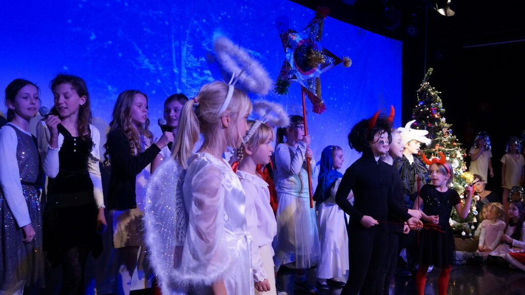 dzieci przebrane za kolędników podczas pokazu świątecznego Dorożkarni