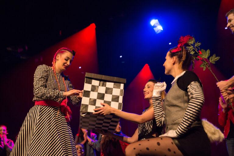 Zdjęcie - na scenie grupa młodzieży w bajkowych kostiumach.