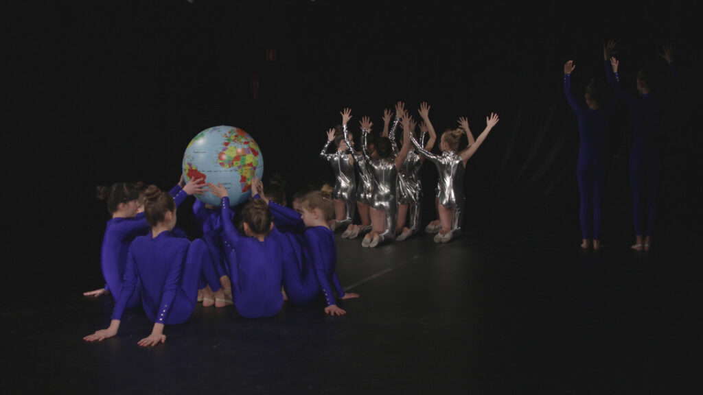 Zdjęcie przedstawia grupę tancerzy