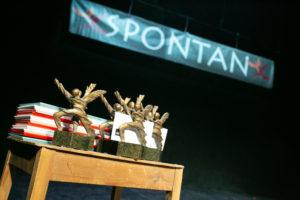 Zdjęcie przedstawia statuetki - nagrody fstiwalu.
