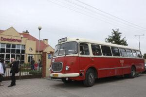 Zdjęcie przedstawia stary autobus z ubiegłego wieku z lat 70-tych, tak zwany ogórek.
