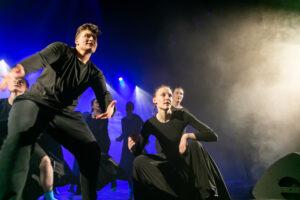 Zdjęcie przedstawia grupę tancerzy na scenie
