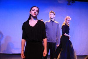 Zdjęcie przedstawia 3 osoby na scenie