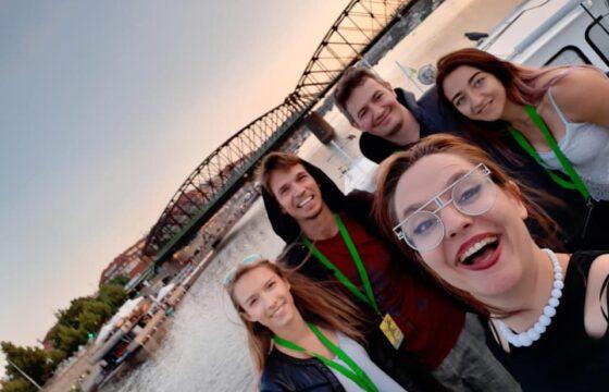 Selfie - na pierwszym planie uśmiechnięta dziewczyna, za nią 2 chłopców i dwie dziewczyny.
