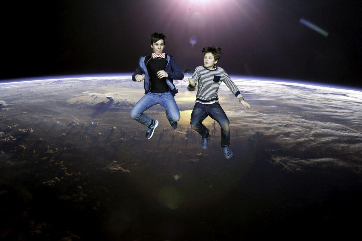 Zdjęcie przedstawia dwóch chłopców, obaj skaczą.