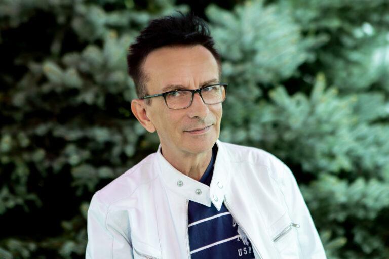 Zdjęcie przedstawia mężczyznę w okularach