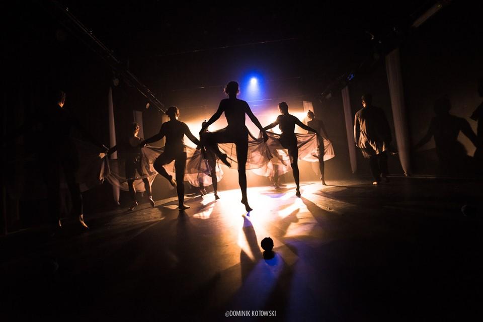 Zdjęcie przedstawia tancerzy na scenie