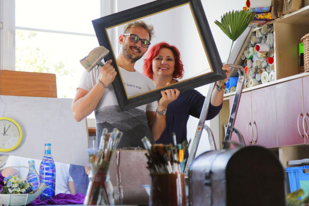 Zdjęcie przedstawia kobietę i mężczyznę w pracowni malarskiej.