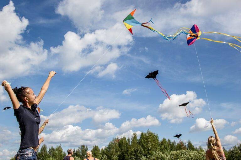 Zdjęcie przedstawia dwie dziewczyny puszczające latawce