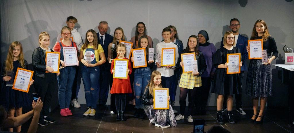 Zdjęcie przedstawia grupę dzieci na scenie.