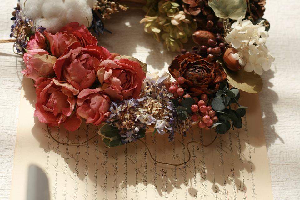 Zdjęcie przedstawia wianek z suszonych kwiatów