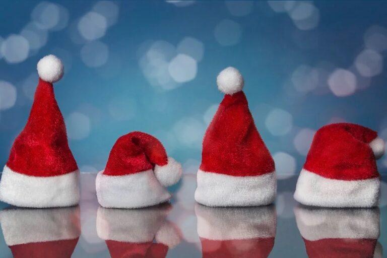 Zdjęcie przedstawia 4 czapki świętego Mikołaja