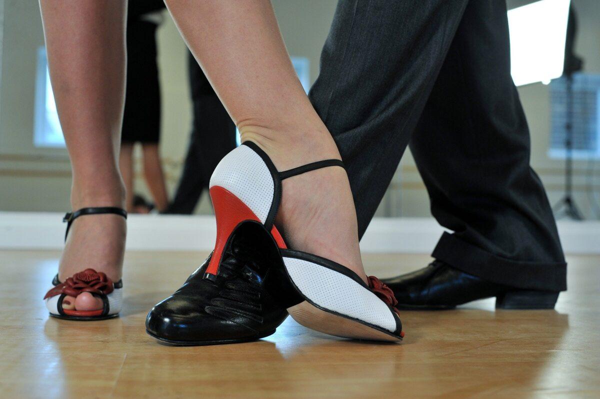zdjęcie przedstawia stopy tańczącej pary: kobiety i mężczyzny