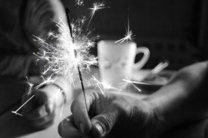 Zdjęcie przedstawia dłoń trzymającą tzw. sztuczne ognie