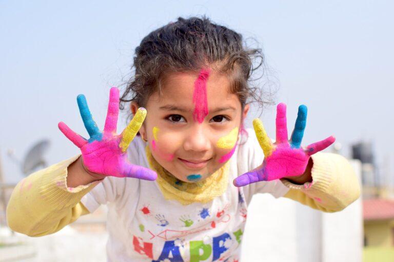 Dziewczynka z dłońmi umazanymi farbami