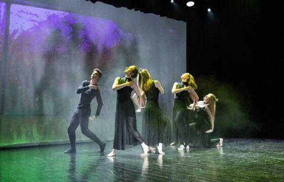 Zdjęcie - grupa tancerzy na scenie