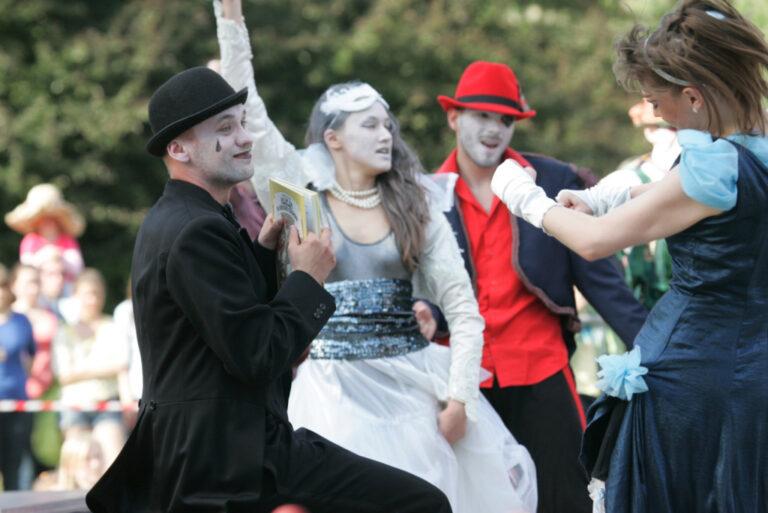 Zdjęcie przedstawia grupę osób w kostiumach i w charakteryzacji.