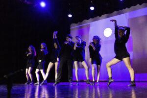 Tancerze na scenie.