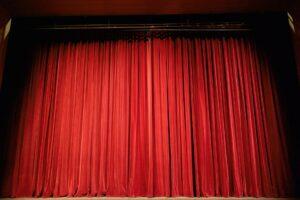 Kurtyna na scenie teatralnej