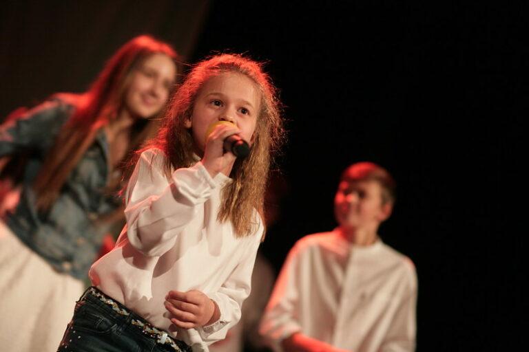 Zdjęcie: dzieci na scenie, dwie dziewczyny i chłopiec