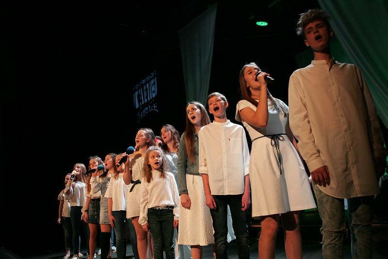Festiwal piosenki Mit Ton, na scenie grupa młodzieży.