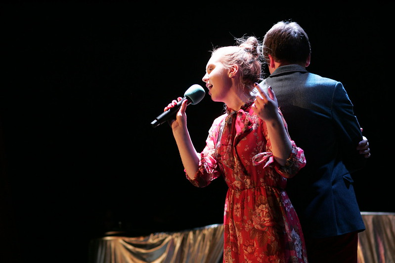 Dziewczyna i chłopak na scenie.