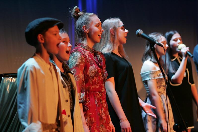 Grupa młodzieży na scenie