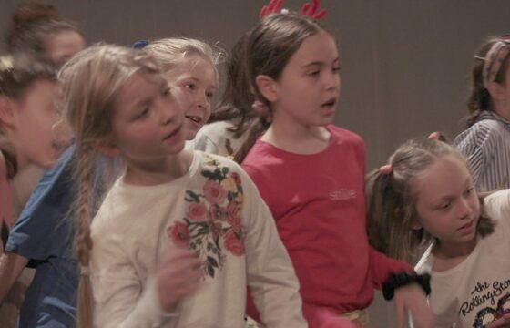 Grupa dzieci na scenie.
