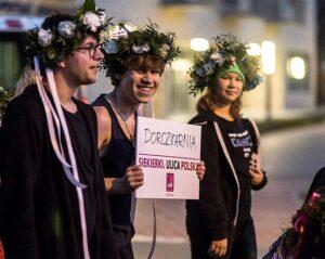 Zdjęcie - dziewczyna i dwóch chłopaków w wiankach na głowach