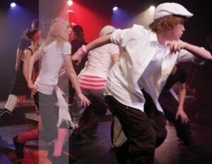 Zdjęcie - tańcząca młodzież na scenie
