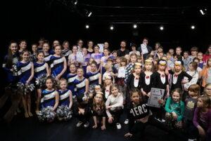 Zdjęcie - grupa tancerzy dzieci i młodzież w różnych kostiumach na scenie