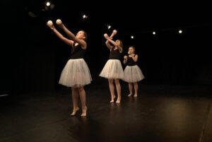 Zdjęcie - trzy nastolatki tańczą na scenie