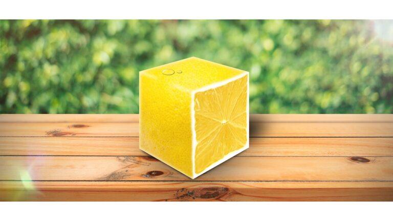 Zdjęcie - na stole leży cytryna w kształcie kwadratu