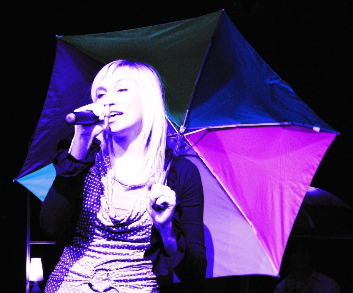 Zdjęcie - dziewczyna z parasolką i mikrofonem w dłoni
