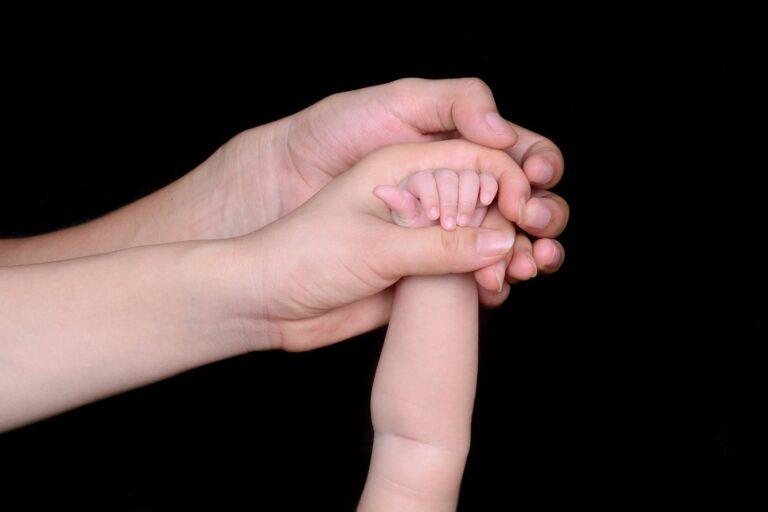 Dłonie jedna w drugiej mężczyzny, kobiety, małego dziecka