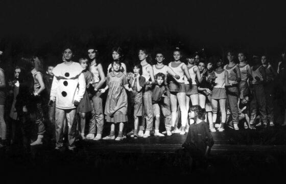 Grupa dzieci i młodzieży na scenie - kilkadziesiąt osób
