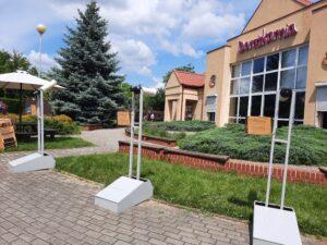 Budynek z napisem Dorożkarnia, przed nim stoją 3 lunety
