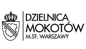 prostokątny logotyp dzielnicy Mokotów. po lewej stronie czarno-biały herb Mokotowa oddzielony pionową kreską od napisu DZIELNICA MOKOTÓW M.ST. WARSZAWY